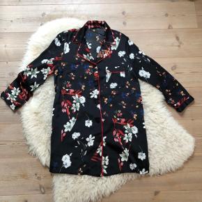 Meget kort Zara kjole, brugt som kimono  Str. S Brugt få gange  Np: 500