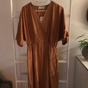 Ny kjole fra Storm og Marie. Stadig med prismærke.   Nypris 1000,-   Sælges for 600,-