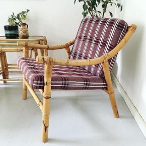 Super fed vintage rattanstol med hynder i det oprindelige stof og sæde betrukket med hør.  Siddekomfort er helt i top