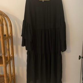 Smuk kjole fra Pieces. Brugt en enkelt gang til en julefrokost men fremstår som ny. Den er størrelsessvarende.