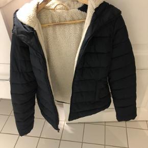 Dyne jakke - svarer til lille M  Brugt men stadig fin.
