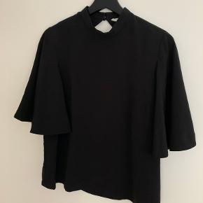 Flot HM skjorte/top med flot åben ryg!