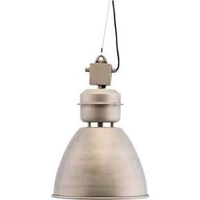 OBS DET ER DEN STORE AF DEM!  Før: 3000,- NU KUN 1949,-  Kan hentes på vores butikslager eller sendes hjem til dig :-)  LAMPE VOLUMEN GUNMETAL  Lys i hjemmet er med til at skabe den helt rigtige stemning. Volumen loftlampen fra House Doctor er en skøn, stor, rustik loftlampe, der kan lyse rummet op på fineste vis. Volumen er et perfekt eksempel på en særlig kombination, der tilfører et industrielt touch over spisebordet eller køkkenøen. Lampen er i en metallisk farve.  Mål: h: 60 cm, dia: 54 cm Pære medfølger ikke. E27, Max 40 W  Ledning på 2,6 meter.  Materiale: Jern, Aluminium, Ståltråd