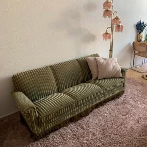 Sindssygt flot trepersoners sofa med stribet betræk. Står flot og uden huller. Afhentes i Aarhus C. Åben for bud.  208 lang 75 høj  Selve sædedybden måler 50 cm
