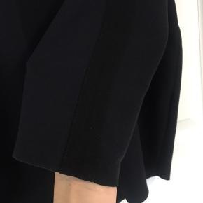 Fin trøje med sort stribe ned langs ærmer - brugt få gange så i fin stand.