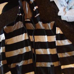Brand: HogMVaretype: cardigan Størrelse: 170 Farve: sort/grå stribet  Flot strik cardigan. Brugt meget få gange. Fra røgfrit hjem. Byd.....