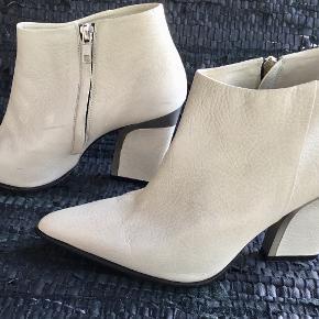 By Malene Birger, style Uffio str. 40. Beskrivelse fra nettet :  Disse støvler fra by Malene Birger er i lys beige skind, lynlås i siden samt en høj hæl som kunstnerisk er sammensat af sølv detaljer og lys beige skind.  Støvlerne hedder Uffio, og de passer perfekt til mange outfits – uanset om det er kjole, nederdel og bukser. Brugt få timer en gang indendørs - ganske få brugstegn / mærker - ikke forsøgt fjernet. Oprindelig købspris 3500,- Sender gerne på købers regning : DAO 39,-