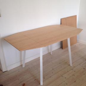 Super flot bambus bord med hvide ben. Som vist på billederne, kan to af siderne slås op eller ned. Super praktisk!   Bordet er brugt sparsomt så der er kun enkelte og ubetydelige brugsspor.   Sælges kun fordi jeg er flyttet i større lejlighed og derfor skal have et større bord.