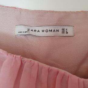 """Super smuk silkekjole fra Zara. Har haft den på 1 gang til et bryllup. Der følger et """"sjal"""" med som også kan bruges som bælte. Fra ikkeryger hjem"""
