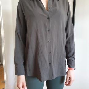 Uniqlo rayon button down skjorte til kvinde. Det er super blød og nemt at passer. Du behøver ikke at stryge den.