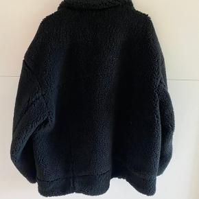 Helt ny og fin Teddybear-jakke fra Weekday. Jakken er kun brugt en enkelt gang, og sælges da jeg desværre ikke får den brugt.