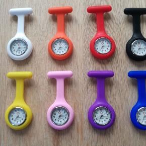 Sygeplejerske ur Smart silikoneur til at sætte fast på uniformen. Uret sættes fast med en nål på bagsiden.  Fås i farverne, hvid, sort, rød, blå, lyserød og lilla  Ved køb af flere ure gives der rabat. 2 ure - 80,- 3 ure - 100,-  KAN AFHENTES PÅ VIA  Få 50% på din første Goodiebox! 🤩 Skriv din e-mail i pb, og jeg sender dig straks en kode! 🌸