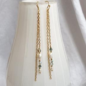 Hjemmelavede lange øreringe med ægte ferskvandsperler og glas krystaller.  Krogene er forgyldt messing og nikkelfri. Hele længden er 10 cm. Fast pris.  Se også mine andre annoncer med smykker 🦋