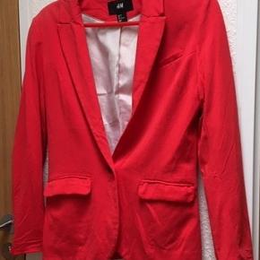 Rød Blazer fra H & M str. 36 Brystvidde 45x2, Taljen 40x2 (ved den eneste knap), Længde 62 og ærmer 55 cm.