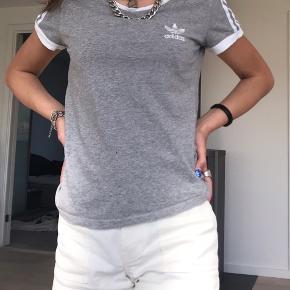 Sælger denne grå Adidas t-shirt, da jeg aldrig, får den brugt. Der er et lille hul på den, men ellers ikke noget. Sælges for 40kr ekskl. fragt, pga. hullet.
