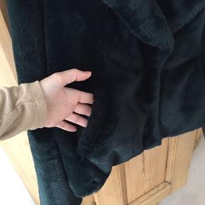 Faux fur jakke fra Saint Tropez i mørkegrøn. Lommer foran samt knappelukning. Har været brugt en enkelt gang, fremstår ny. Meget blød materiale.