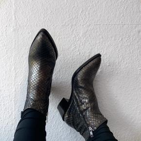 🌸Billi Bi, str.39. Sølvgrå farve. Skoene er kun prøvet på. Ny pris var 1800kr. Byd gerne (ingen skambud) 🌸