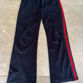 Gucci joggingbukser størrelse medium - med snor, så kan tilpasses i livet (passer cirka størrelse W30-32) Fin stand - dog med brugsspor (se billede)
