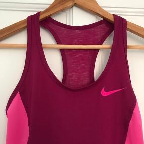 Tynd og let Dri-Fit top fra Nike str. Xs (passer også en S)  Front: 84% polyester, 16% Elestan Back: 100% polyester  Upper side panels: 93% polyester, 7% elestan.   Aldrig taget i brug. Købt i Sport24