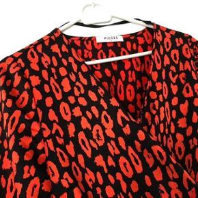 """Super udsalg.... Jeg har ryddet ud i klædeskabet og fundet en masse flotte ting som sælges billigt, finder du flere ting, giver jeg gerne et godt tilbud * Fin ny efterår bluse """"Wrap"""" model med bindebånd - aldrig brugt"""