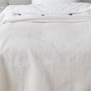 Sengetæppe, Hvidt m. mønster  📏 Passer til 3/4 og dobbelt seng 💵 150kr - ekskl. Fragt  Skriv til mig, hvis du er interesseret. Jeg sender samme dag, hvis der købes inden kl. 15*!❤️❤️❤️ Køber betaler selv fragt. Købte varer tages ikke retur. Bytter ikke.