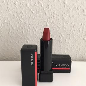 ModernMatte Powder Lipstick i travelsize ( den er fra et Shiseido sæt og ikke en str. man ellers kan købe!) Der er ca. det der svarer til det halve af en normal Shiseido læbestift. Farven hedder: 515 Exoric Red. Den er testet med et enkelt dup på læben.