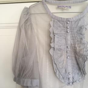 Flot skjortebluse i net med krøs i bomuld. Brugt 1-2 gange.