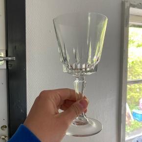 Super smukke retro vinglas - 6 stk haves🍷 måler ca. 16,5 cm i højden og 6 cm i diameter. Rigtig pæne! Ingen afslag eller lignende 🌸 Prisen er pr. stk!   Bemærk - afhentes i 8210 eller sendes med dao. Bytter ikke 🌿  ♻️ Vinglas glas vin rødvinsglas hvidvinsglas retro loppefund