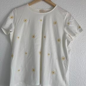 White T-shirt with dandelion flowers embroidery from French brand Sézane