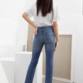 Aldrig brugte jeans fra & Other Stories i str 25 sælges, da jeg har for mange. De har et straight look og er mid-rise, slim-fit med semi-stretch og lynlåslukning. Nypris 560kr.