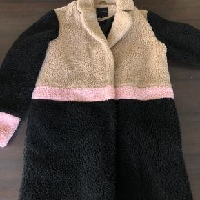 Super sød og varm teddy frakke fra new look, brugt i to måneder.
