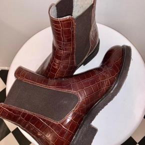 Super flotte støvler i crocopræg.  Foer og rågummisål.