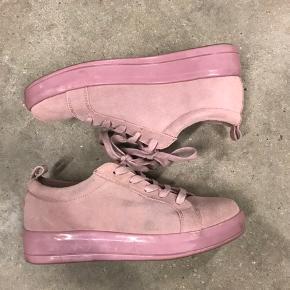Brugt 2 gange, men mærker og slid efter at have været opbevaret med sorte sko, som har smittet af. Skriv for flere billeder