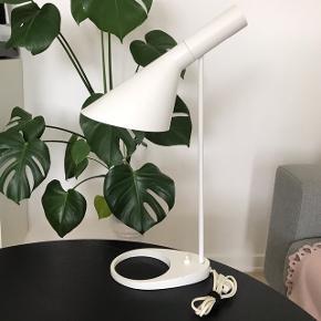 AJ Bord (Næbbet) Louis Poulsen, designet af Arne Jacobsen i 1960😊  FRA RØGFRIT HJEM FIN STAND  Skriv gerne for mere info eller flere billeder! Kan afhentes i Randers C🌸