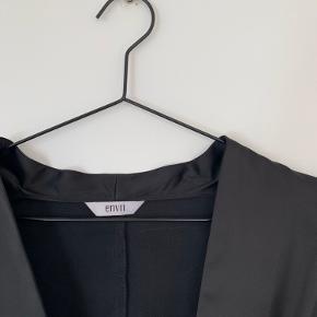 Bluse i satin-agtig stof. Har lynlås i siden, så den sidder ind i taljen.