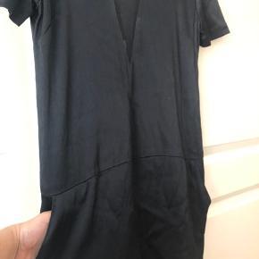 Kjolen er super flot og i silke. Den har to lommer og en flot mesh detalje både foran og på ryggen. Selvom kjolen aldrig har været brugt og stadig har prismærke er der desværre kommet et hul i mesh stoffet på ryggen hvilket er vist på sidste billede. Afhentes på Nørrebro eller sendes med DAO :-)