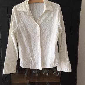 Skjorte med stræk Str 40, mærket er klippet af