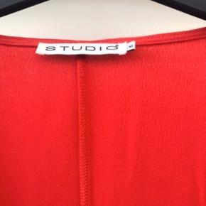 Lækker rød bluse i 100 % viskose  Kun brugt få gange , så den er som ny .  Den er dobbelt foran og total længde 80 cm  Ny pris 599
