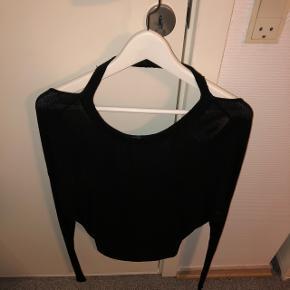 """Trøje med åben ryg Størrelsen er XL, men den er lille i størrelsen og fitter derfor en M-L Trøjen har lidt slid ved det stykke stof der tages over hovedet. Spørg for mere info..  Mærket """"Cheap Monday"""" er klippet af bagpå, da det kunne ses når man brugte den.  Np: 500kr"""