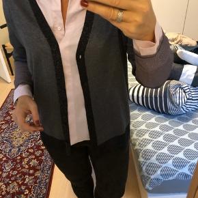 Brugt få gange, er som ny.  Lækker let cardigan fra modehuset Luisa Cerano. Er designet i Tyskland og produceres i Italien.   Har glimmer effekt og smukt bælte.