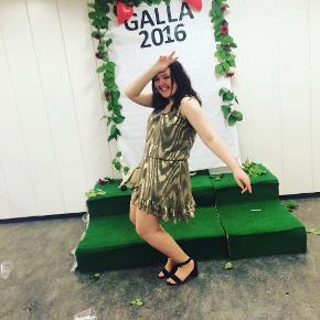 Smuk kjole med glittereffekt, som er brugt én enkelt aften til galla ✨