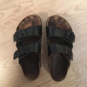Sælger mine Birkenstocks da jeg ikke har brugt dem en eneste gang denne sommer, så de skal videre!  De er brugt en del, men stadig i pæn stand😊 De er str. 36, men bruger normalt 37-37,5 og de passer fint. Mener vist at det er den model som er widefit, men stroppernes længe kan jo ændres. Så de passer også til smallere fødder (har selv ret normal bredde fødder) 😉 Bytter ikke!!  De kan afhentes på Østerbro eller sendes med DAO mod betaling