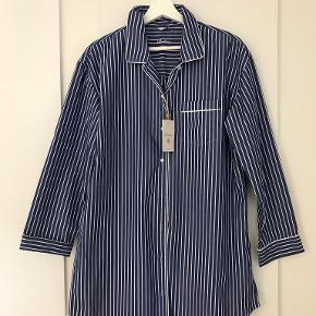 Super lækker hvid- og blåstribet luksusnatskjorte. Helt ny. Aldrig brugt. Med tag. Svarer til str. 42. 100% bomuld.