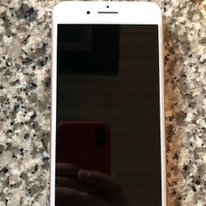 IPhone 8 plus Lille ubetydelig skramme i det ene hjørne  Stadig lidt over halvanden års garanti tilbage  Høretelefoner følger ikke med og der haves kun uoriginal lader  Bud modtages men ingen skambud