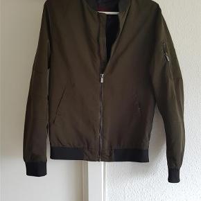 Lækker og super trendy armygrøn Bomber jakke fra Zara. Ikke brugt meget.  Jakken er uden for.  Jakke Farve: Armygrøn Oprindelig købspris: 450 kr.