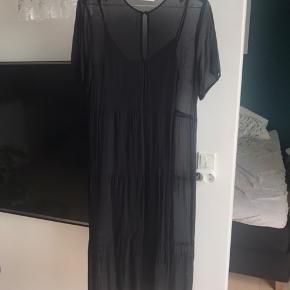 Nypris er 1295 kr.  BEMÆRK: underkjolen er altså lidt skæv, men selve kjolen fejler intet, den er blevet passet godt på.   100% viskose   Mindsteprisen er angivet og jeg er ikke interesseret i at bytte.