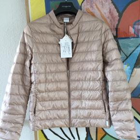 Helt ny lækker jakke i smukkeste rosa farve. En lækker jakke, som kan bruges hele året - både som inde og ude. Virkelig god kvalitet og god pris for køber. Brystmål 110 cm.