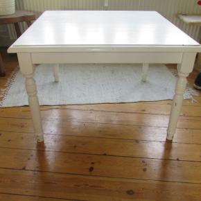 Hvid malet træbord med udskæringer. Har brugsspor og et brændmærke, men kan sagtens bruges som det står. Kan dog blive super flot igen hvis det bliver slebet og malet, deraf prisen. 79x79x52.  Kan afhentes hos mig i København NV.  Pris: 150,-  Fast pris.