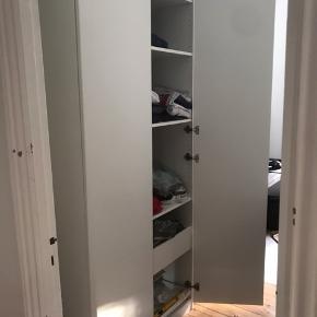 """Stort klædeskab fra IKEA, som fungerer fint. Vi skal udelukkende af med det grundet flytning :-)  Kan afhentes GRATIS, men """"køber"""" skal selv skille skab ad og bære ned fra 2. sal. :-)"""