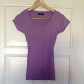 T-shirt i str. Small fra ONLY.   Aldrig brugt.  Sælges også i coral
